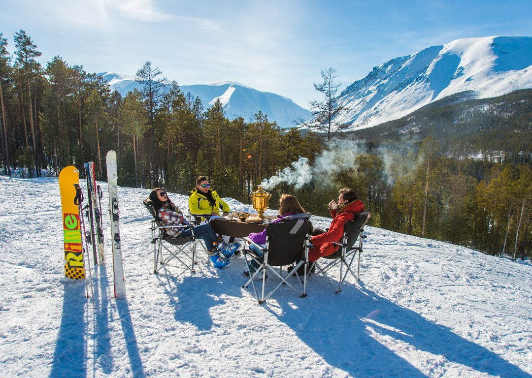 Free ride heli-skiing and other en-route activities image