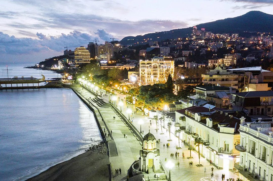 Evening in Yalta image